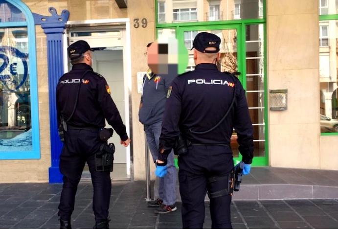 Agentes de Policía identifican a un ciudadano.- EFE