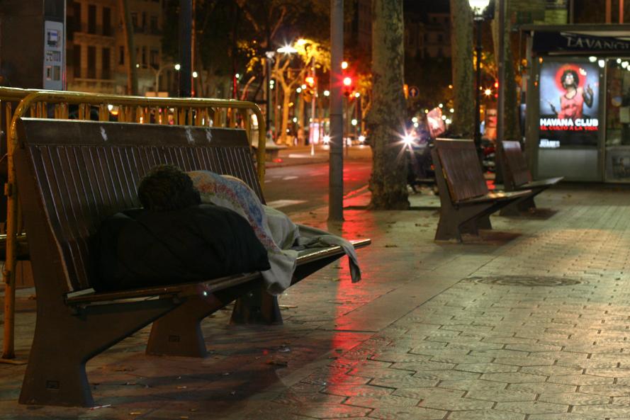 Una persona sense sostre a Barcelona. El confinament ha posat en evidència les deficiències en l'atenció social que reben les persones que pernocten al ras a les grans ciutats / JUAN LEMUS (ARRELS FUNDACIÓ)